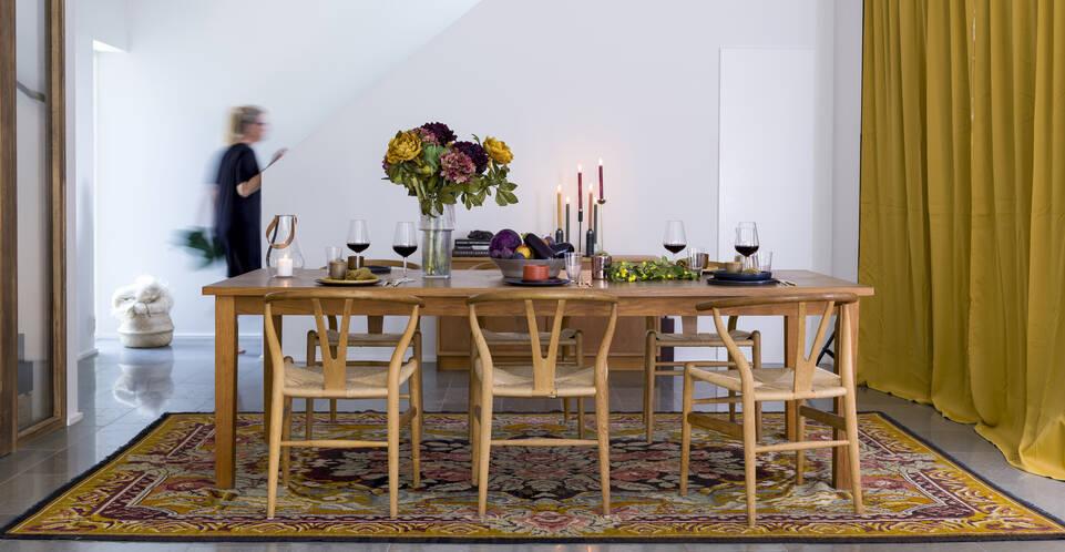 Brauner / gelber  Kelim rosen moldavia - Teppich in einem Essbereich