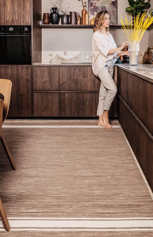 Schwarzer / grauer  Röllakan / dorri - Teppich in einem Küche