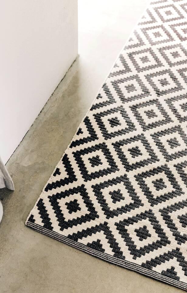 Schwarzer / grauer längliche Cotton dorri mws 1 side - Teppich in einem Küche