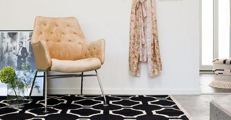 Schwarzer / grauer  Kelim modern - Teppich in einem Flur